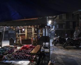 Des habitants d'un vieux quartier de Katmandou dorment à la belle étoile après le second séisme, le 13 mai