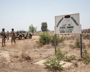 Des soldats nigérians le 25 mars 2016 devant l'Ecole publique secondaire de filles de Chibok, où 276 adolescentes ont été enlevées en avril 2014