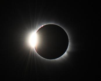 Une éruption solaire visible pendant l'éclipse totale du 20 mars 2015 aux îles Svalbard