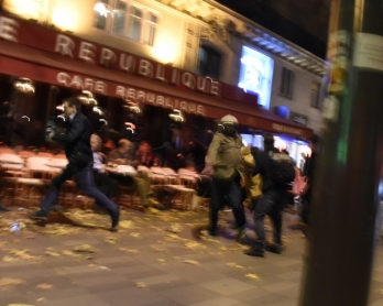 Des passants courent place de la République à Paris en entendant des détonations, le 13 novembre 2015 (AFP / Dominique Faget)