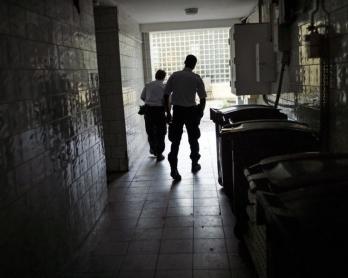 Patrouille de police dans un immeuble de Saint-Denis, en juillet 2013 (AFP / Fred Dufour)