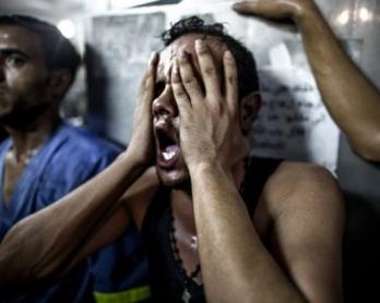 Un proche s'effondre après avoir reconnu le corps de l'un des trois enfants palestiniens morts des suites d'une explosion sur un terrain de jeu en bord de mer, près du camp de réfugiés de Shati, le 28 juillet 2014.