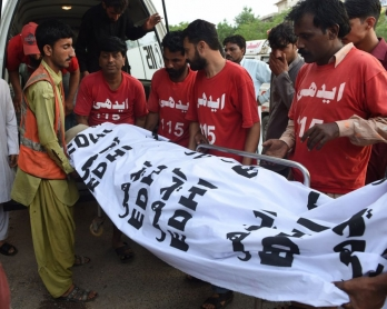 Des volontaires transportent vers la morgue le corps de Shafqat Hussain, exécuté le 4 août 2015 à Karachi (AFP / Asif Hassan)