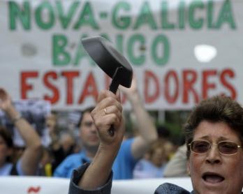 Manifestation d'usagers des banques à La Corogne, en Espagne, le 2 juin 2012