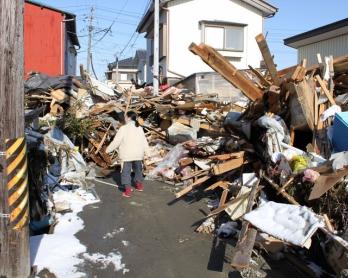 Les environs de la maison familiale de Miwa Suzuki quelques jours après le tsunami du 11 mars 2011