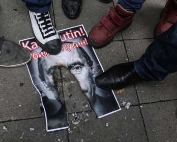 Des manifestants turcs piétinent un portrait du président russe Vladimir Poutine, le 27 novembre 2015 à Istanbul