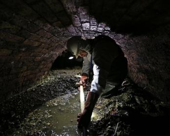 L'égoutier Tim Henderson au travail dans les profondeurs de Londres, le 11 décembre 2014