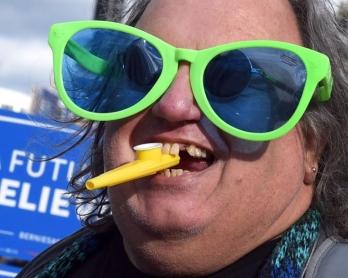 Un supporteur démocrate attend le débat entre les candidats à l'investiture Bernie Sanders et Hillary Clinton à Charleston, en Caroline du Sud, le 17 janvier 2016
