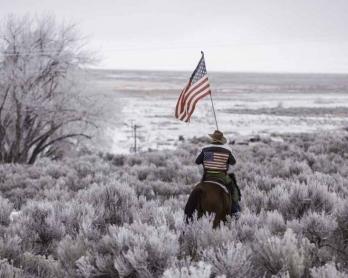Duane Ehmer parcourt à cheval le Refuge faunique national de Malheur, dans l'Oregon, qu'il occupe avec plusieurs militants anti-gouvernement fédéral le 7 janvier 2016 (AFP / Rob Kerr)